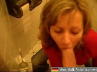 Casal alemão blowjob e foda-se no banheiro público