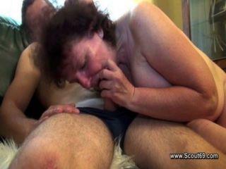 Mamãe peluda fode com filho de passo sem um preservativo