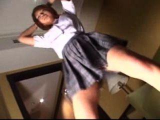 Schoolgirl dançando para ser estilo de roupa interior, leva o sutiã para mostrar seus peitos bonitos