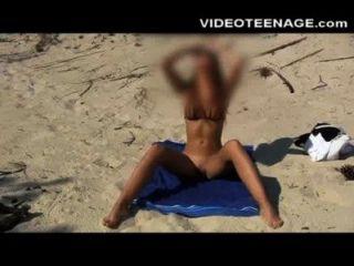 Morena adolescente sandra na praia