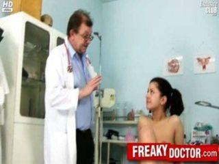 Quente monica checa checa obtém dedo pelo médico papai