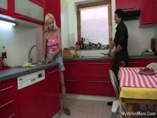 Sexo fazendo batota na cozinha com sogra