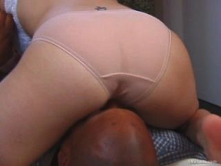 Friendly vizinho facesitting esfregando pussy em seu rosto.