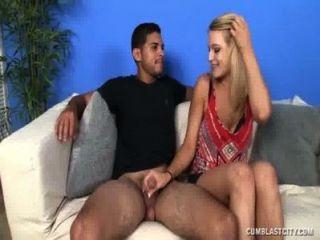 Adolescente sexy faz um pau explodir