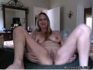 Hot busty maduro babe inserções anal plug and rubs pussy