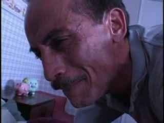 Homem sujo sniffs babes calcinhas enquanto jerking fora, então ele consegue foder ela 480p