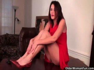 Sexy milf com grandes mamas trabalha seu bichano peludo