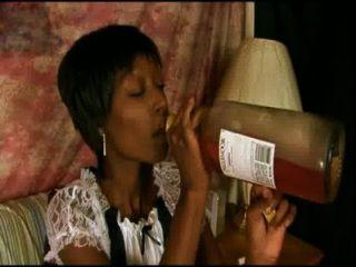 Ebony maid goofs off no trabalho, em seguida, tem que foder para salvar seu trabalho