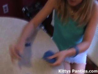 18 anos de idade kitty adolescente adora jogar com playdough