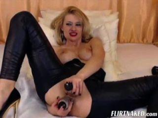 Camgirl em couro com orgasmo
