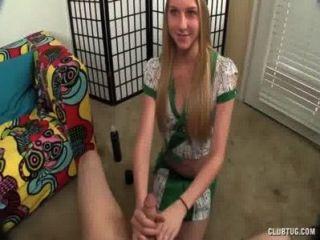 Menina loira dá uma mão