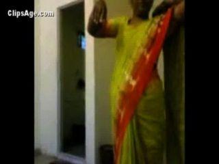 Tia em saree verde expondo sua nudity infront de seu cliente antes de sexo indian videos porno