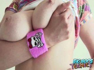 Adolescente amador britânico mostra seus grandes mamas como ela suga seu lolly