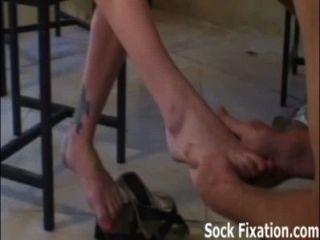 Chupar meus dedos do pé e lamber meu menino de escravo do bichano!
