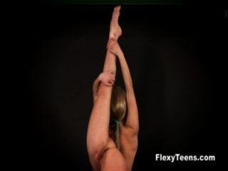 Blondie flexível mostra ginástica nua
