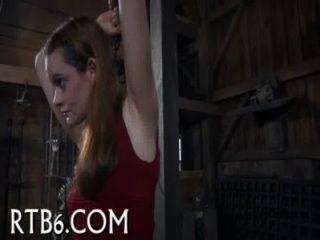 Menina recebe insensível caning