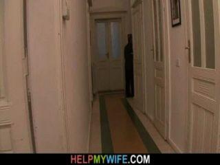 Velho marido paga um estranho para pregar a sua jovem esposa