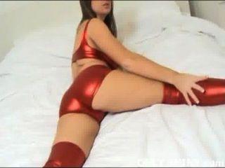 Cate provocando em nada, mas brilhante vermelho pvc lingerie