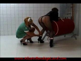 Lésbica prisão enfermeira straitjacket palmada humilhação femdom aliceinbondageland