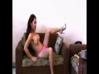 Quente safira jovens masturbando enquanto assiste pornografia