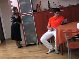 Mãe do passo russo fode seu filho p 1