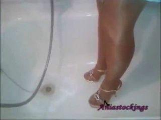 Chuveiro em vestido azul, meia-calça bronzeada e saltos altos [aniastockings]