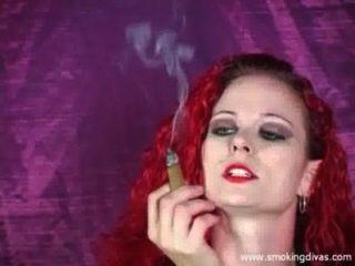 Redhead melissa fuma um charuto enquanto nos provoca
