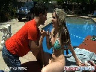 Busty blondie courtney cummz fuck ao lado da piscina