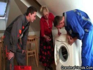 Avó solitária espalha pernas para dois reparadores