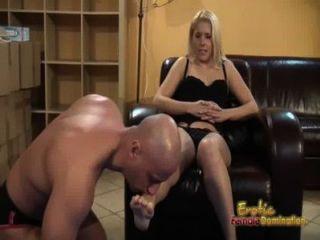 Blondes diz submisso para lamber e comer seus pés