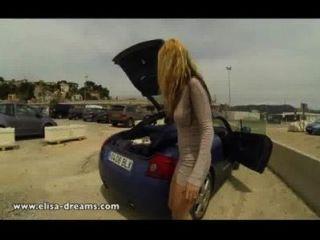 Piscando nu em um estacionamento público