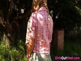 Meninas para fora ocidental loira loira lésbicas no quintal