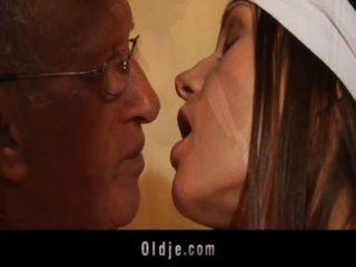 Bombas de homem velho na bunda uma jovem mulher de limpeza slutty