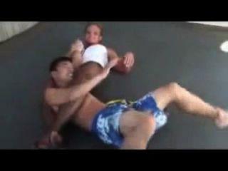 Misturado wrestling buff garota bloqueia fraco