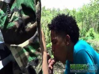 Menino do exército tem um pricknick com um estranho