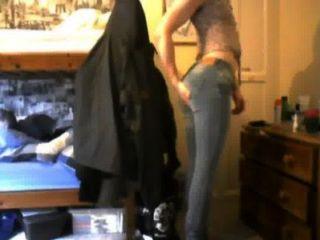 Teen crossdresser em jeans apertado