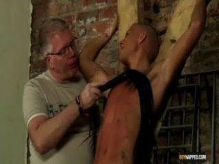 Garoto escravo feito para esguichar