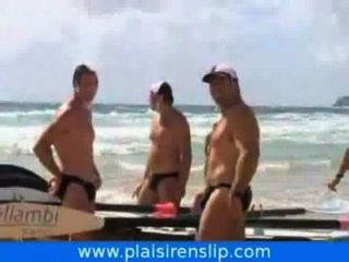 Homens em trajes de banho