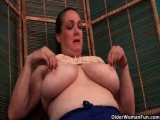 Enfermeira avó cuida de sua coceira bichano