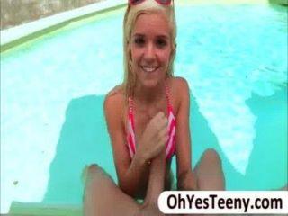 Bikini menina hottie halle von fica batido duro por um enorme galo