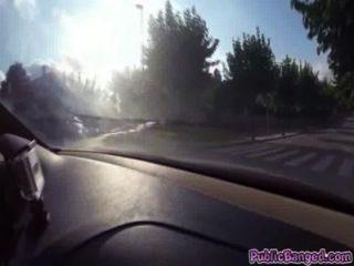 Jenny glam fodido em um carro em uma estrada pública