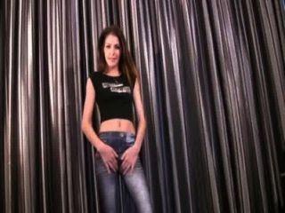 Lola em jeans apertados