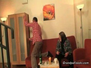 Hot babe ajuda a avó a chupa um galo