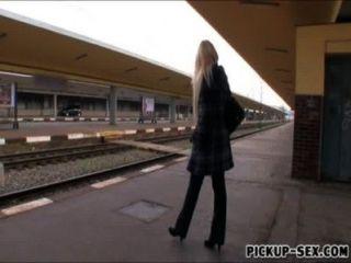 European babe angel wicky fodido em trens banheiro para o dinheiro