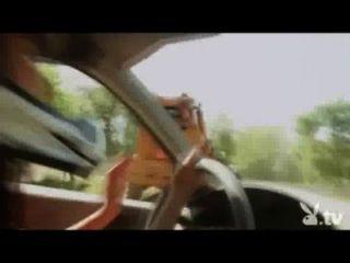 Meninas nuas que conduzem em um derby da demolição!