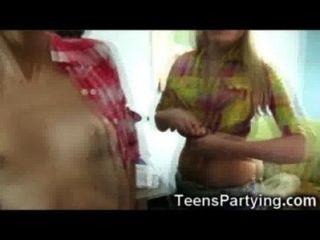 Cowgirls adolescentes no partido da orgia!