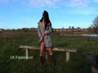 Exibicionista chloe lovettes public flashing e sexy brunette amadores outdoor