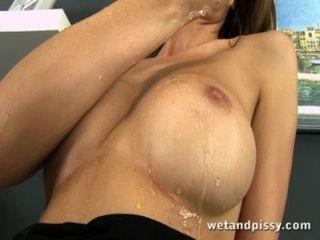 Escritório orgasmo para xixi esguichando morena
