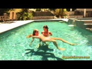 Sexo lésbica incrível na piscina