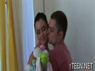O homem está dando o bebê sua proteína